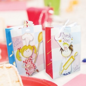 Parti temanıza uygun kurdele saplı ve hediye kartlı kağıt hediye torbası 14x10cm ebatlarındadır. Minik misafirleriniz için içine cupcake