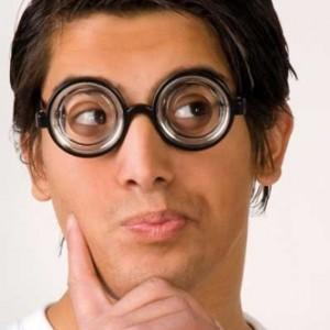 Gözleri büyük gösteren parti gözlüğü.