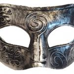 Kabartmalı plastik üzerine gümüş veya altın renk kaplamalı fantom maske. İki yanda yer alan saten kurdelaları ile tutturulur. Kostümlü partiler