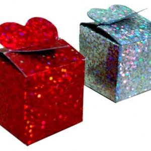 Kına gecesi misafirlerinize hediye edeceğiniz kınalar şık kalp dekorlu prizmatik baskılı karton kutularda.
