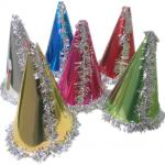 Renkli metalik karton şapka. Yılbaşı partilerinde dağıtılmak üzere parti aksesuarı olarak kullanabilirsiniz. Bu skülah şapkaları kayanan dili