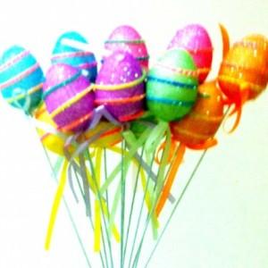 20cm uzunluğunda tel sopa üzerinde 4cm ebatında sim ve ip dekor detaylı renkli strafor yumurtalar
