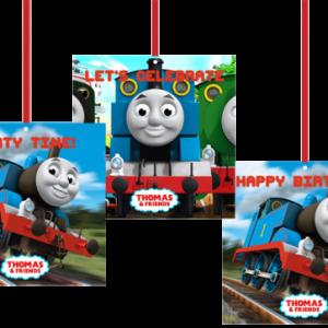 Thomas the Train doğum günü parti setinizi tamamlayan parti dekoru. Tavantan veya kapı girişlerinde asarak kullanabilirsiniz. 15x15cm çift taraflı karton baskı. Asmaya uygun deliklidir. Kişiye özel tasarlanabilir. Ürüne rafya dahil değildir.