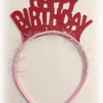 zel kesim üzerine pırıltılı doğum günü tacı. Doğumgünü partilerinde dağıtılmak üzere parti aksesuarı olarak kullanabilirsiniz. Altın rengi de mevcuttur. Bu taçları kayanan dili