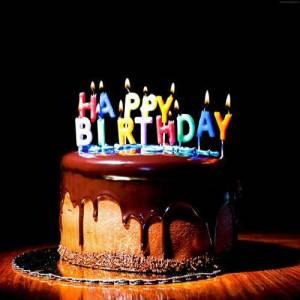 ubuklar üzerindeki HAPPY BIRTHDAY harflerinden oluşan şekilli parti mumu. Doğum günleriniz