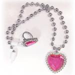 Gümüş ve pembe çocuk yüzüğü ve kolyesinden oluşan bu hediyelik setini ister pinyata dolgusu